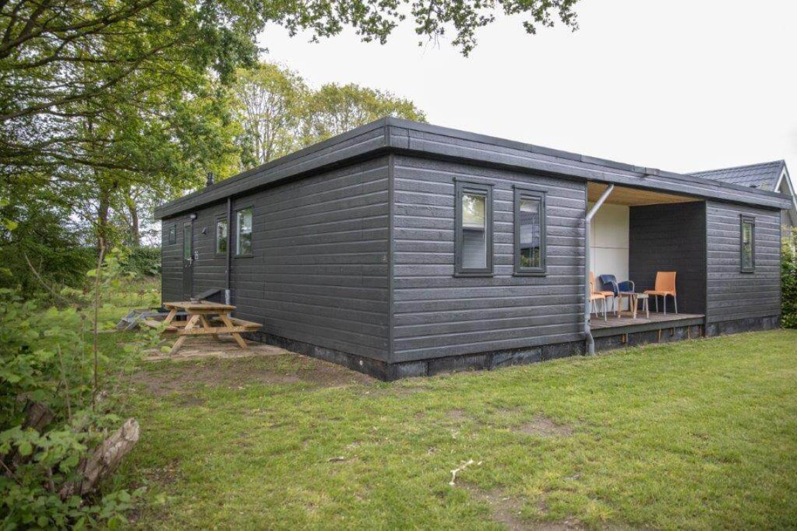006-25-bungalow-achterkant-schuinaanzicht