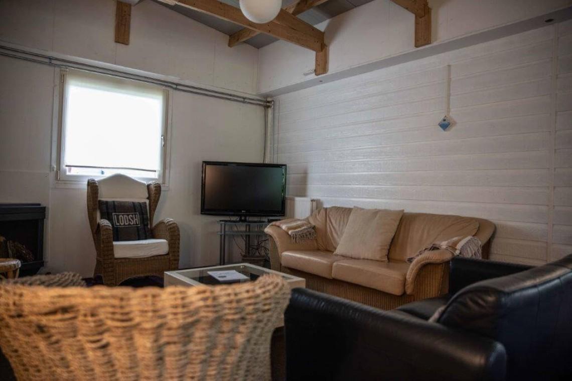 Bungalow 11: woonkamer met televisie